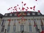 Rote Ballons flogen für das Brautpaar in den Himmel