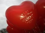 Ballons mit Namen und Datum vom Brautpaar