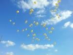 Goldene Ballons flogen in den Himmel von Bergamen